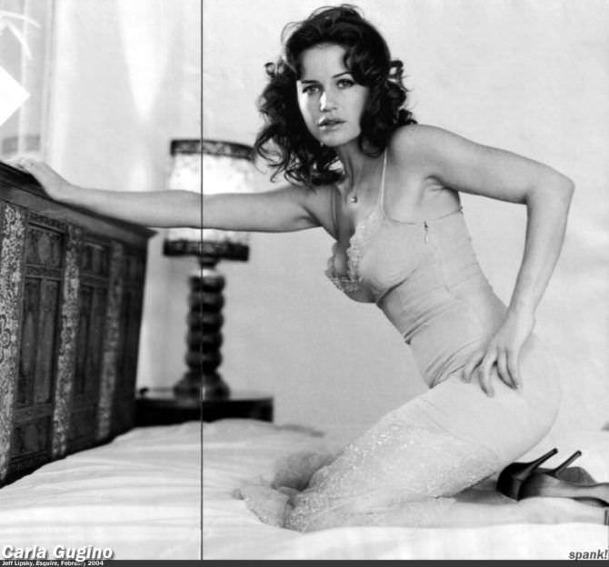 Карла Гуджино фотов кружевном платье