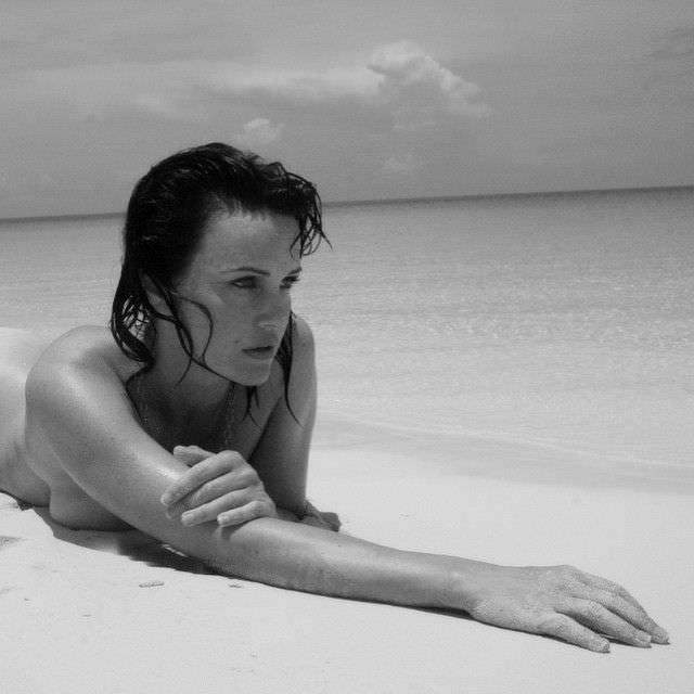 Карла Гуджино откровенное фото на пляже