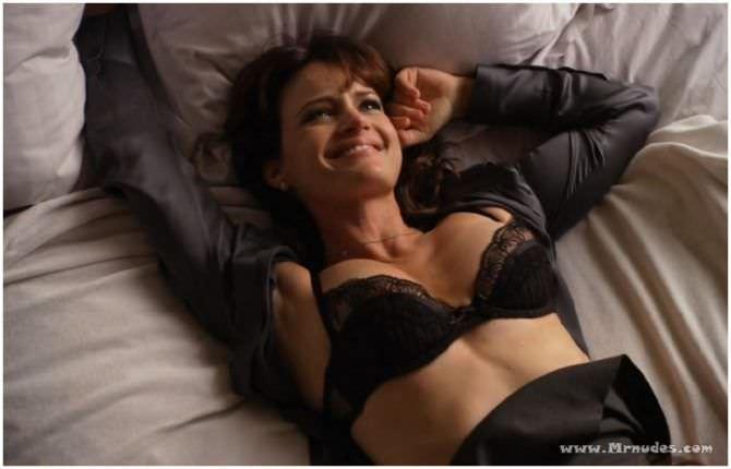 Карла Гуджино кадр в белье на постели