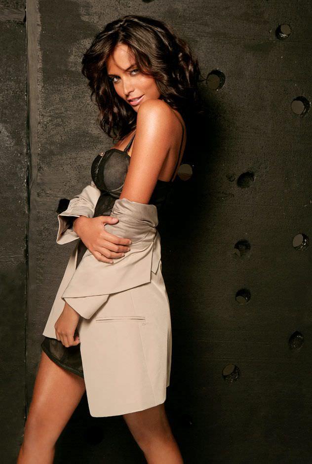 Дженезис Родригез фото в красивом платье и плаще