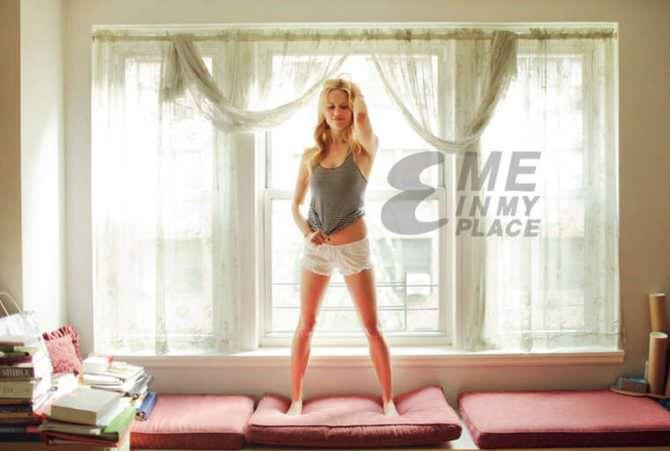 Клэр Коффи Me In My Place фотография в белых шортах