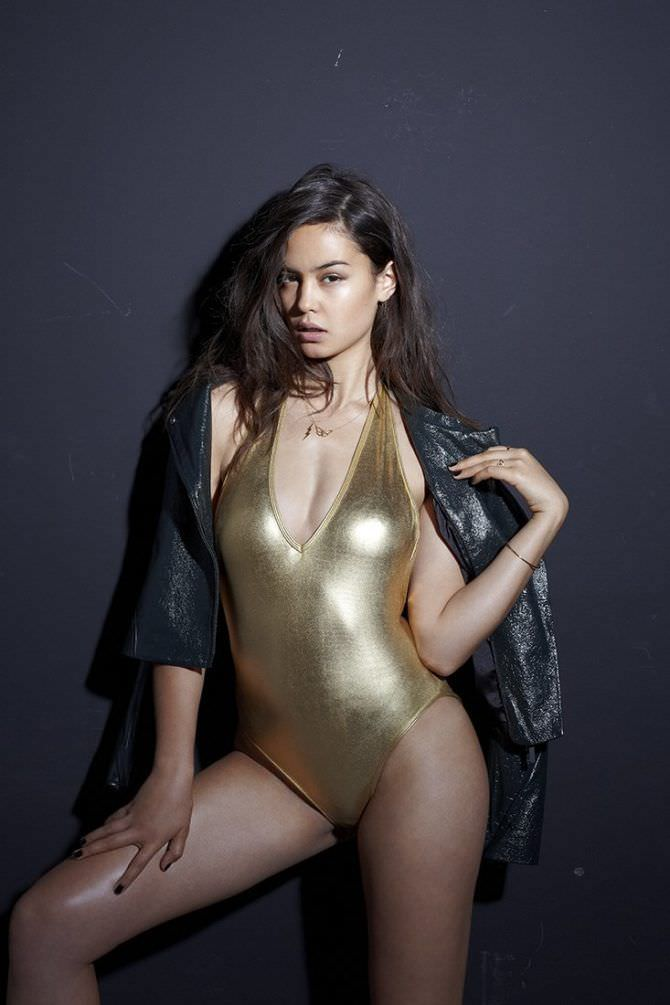 Кортни Итон фото в золотом купальнике