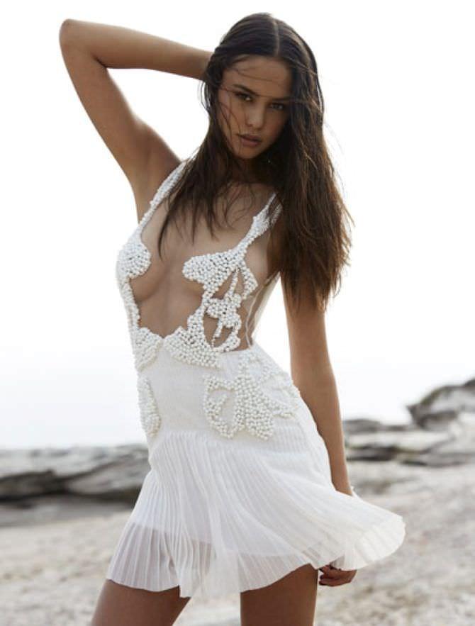Кортни Итон фотография в белом платье