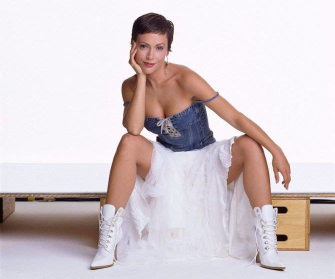 Алисса Милано фото в белых полусапожках