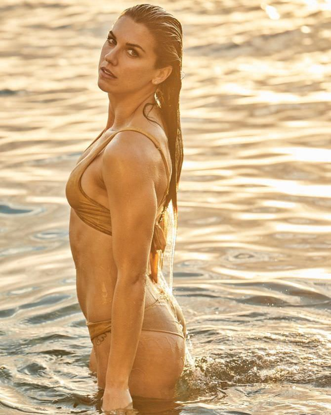 Алекс Морган фото в бикини в море