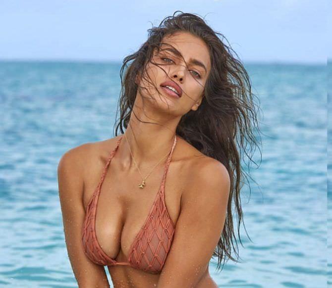 Ирина Шейк фотография на побережье в бикини