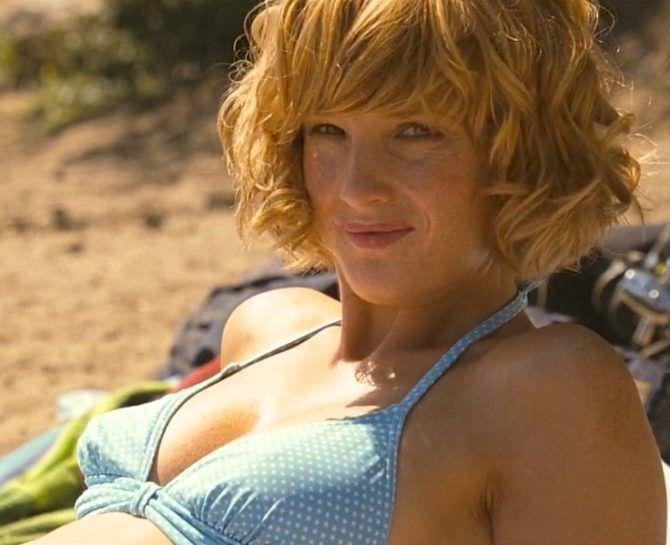 Келли Райлли кадр в голубом купальнике