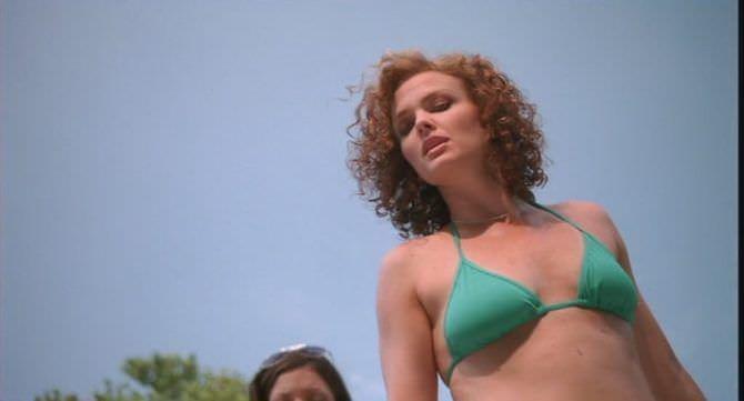 Дина Мейер фото в зелёном бикини