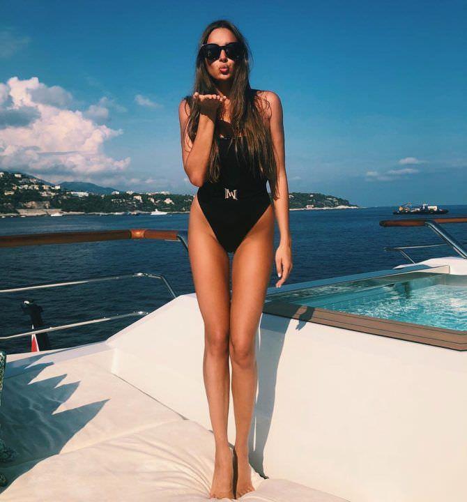 Каролина Севастьянова фото в чёрном купальнике