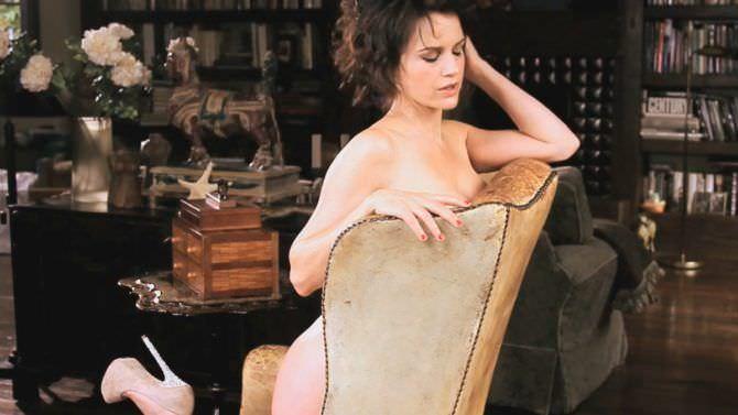 Карла Гуджино фотография на стуле