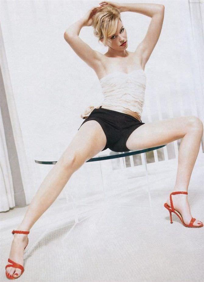 Элизабет Бэнкс фотография в красных босоножках