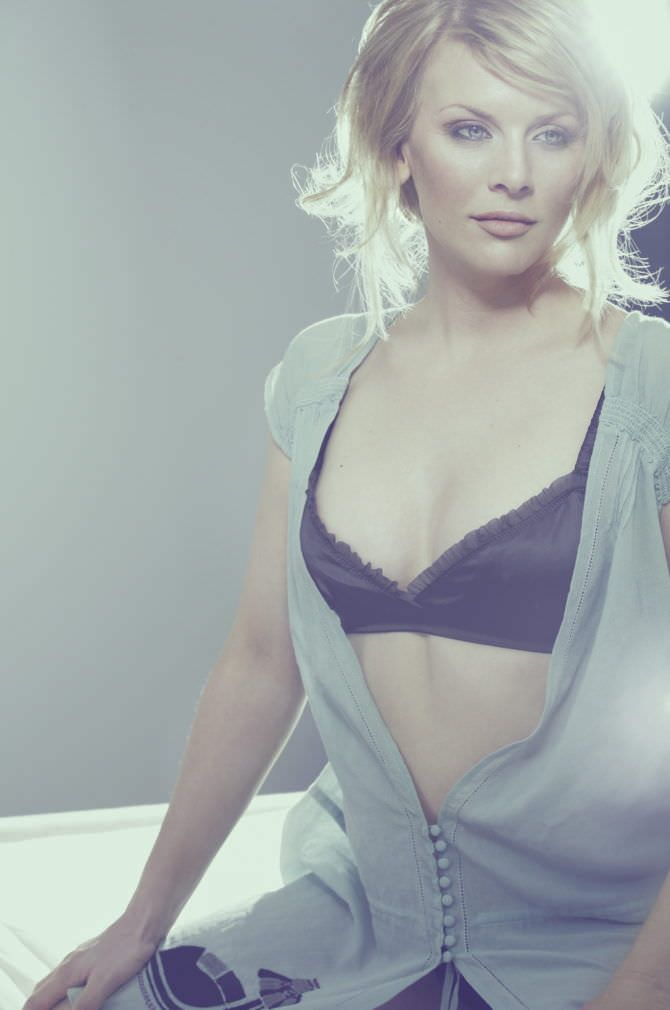 Ева Хаберманн фото в серой блузке