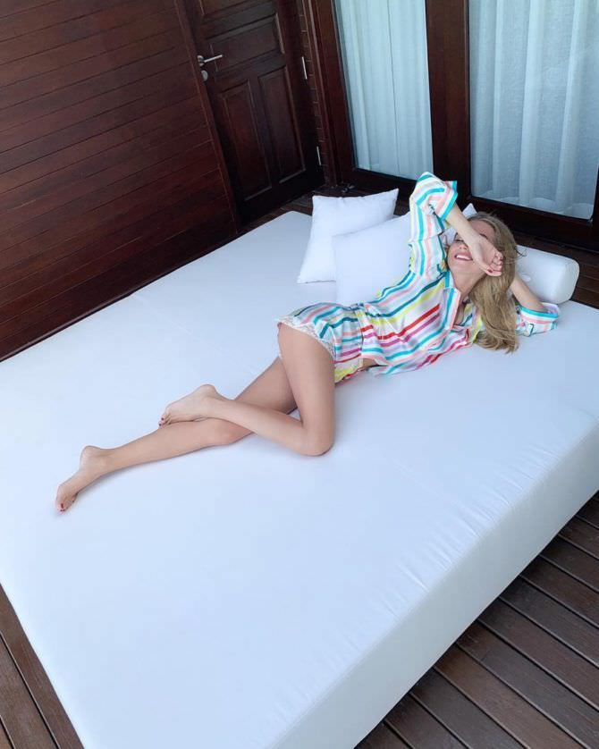 Кристина Асмус фото в пижаме на кровати