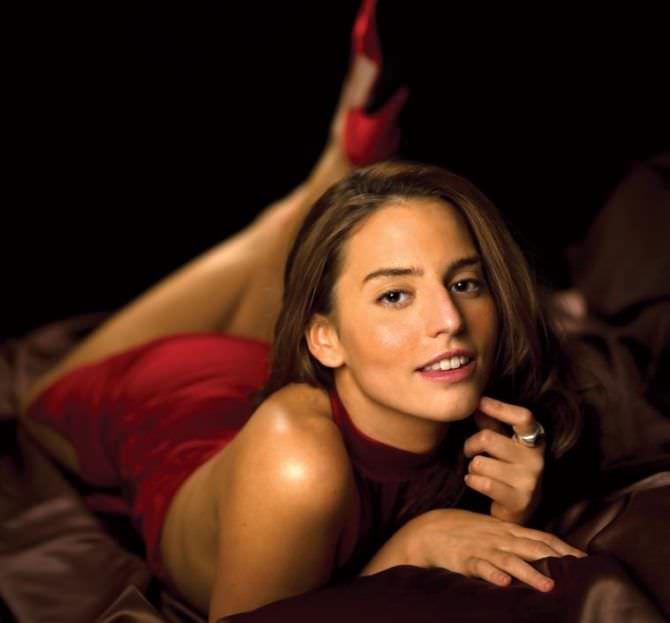 Дженезис Родригез фотография в красном платье