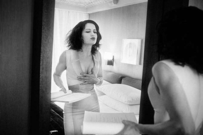 Карла Гуджино фотография перед зеркалом