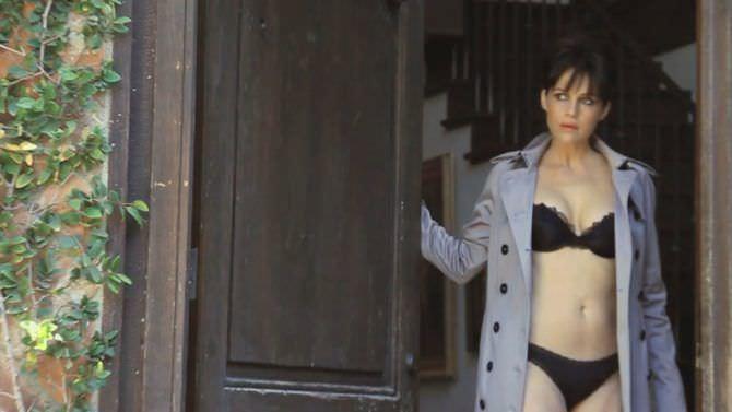 Карла Гуджино фото в белье и плаще