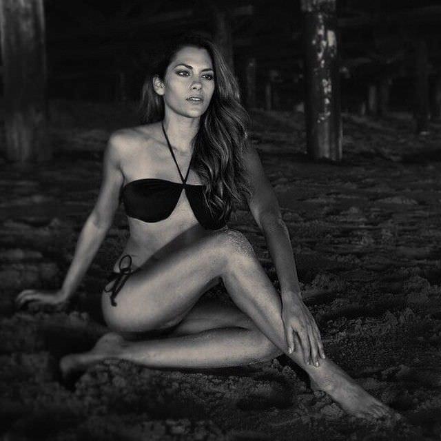 Инбар Лави чёрно-белое фото в купальнике