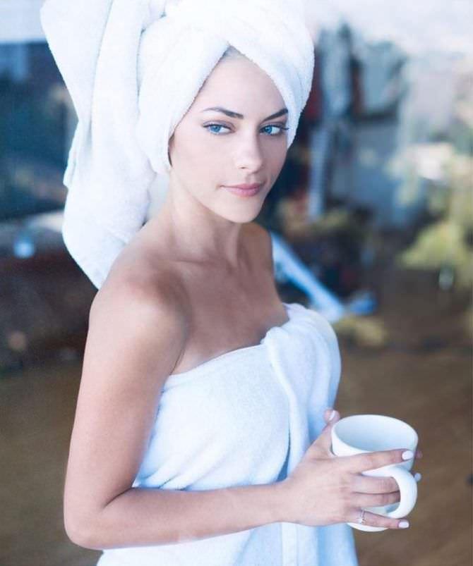 Инбар Лави фото в белом полотенце