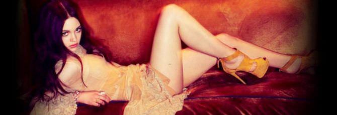 Индиа Айсли фотография в красивом платье на диване