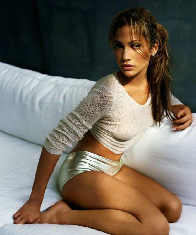 Дженнифер Лопес фото в блестящих шортах