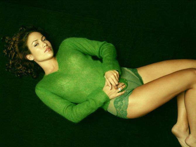 Дженнифер Лопес фото в зелёной кофте
