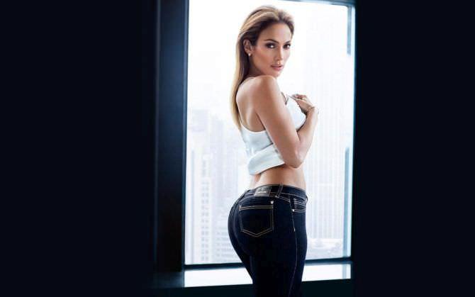 Дженнифер Лопес фото в джинсах и майке