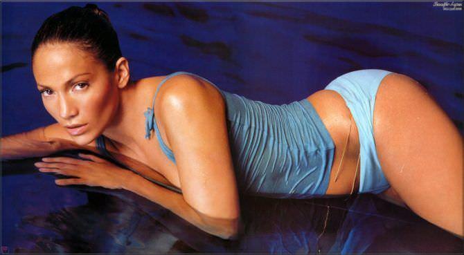 Дженнифер Лопес фото в майке и плавках