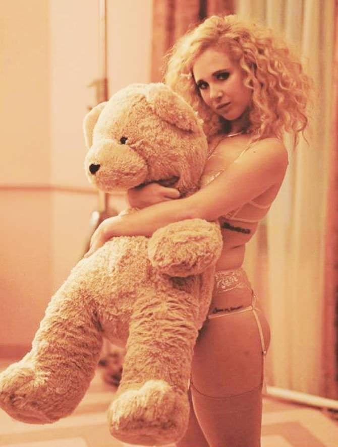 Джуно Темпл фотография с медведем