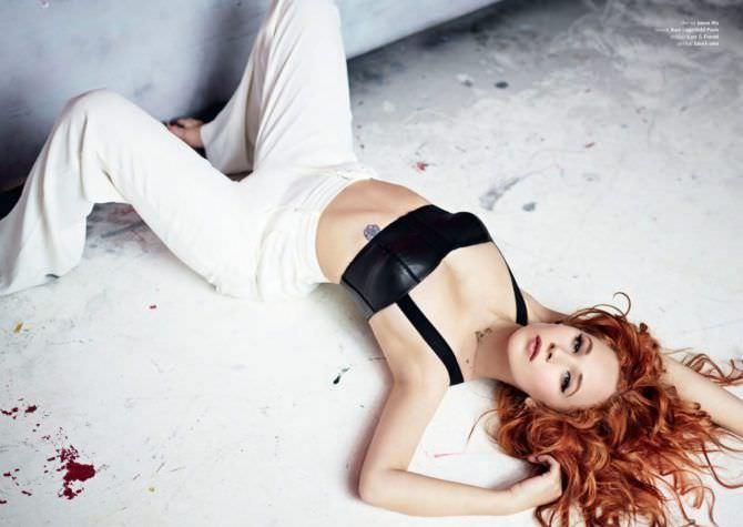 Джуно Темпл фото в белых брюках