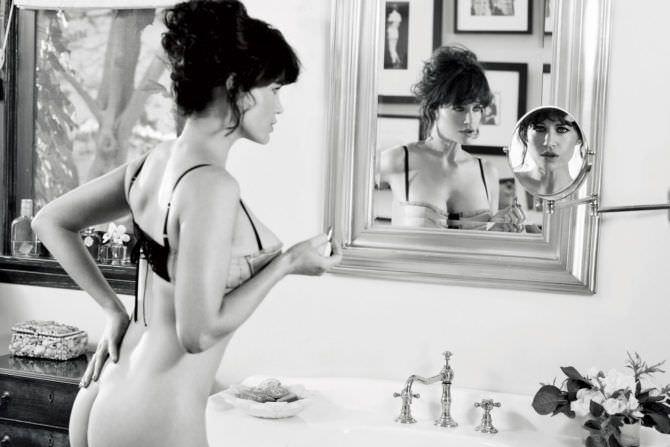 Карла Гуджино фотография возле зеркала