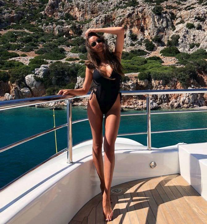 Каролина Севастьянова фото в чёрном купальнике на яхте