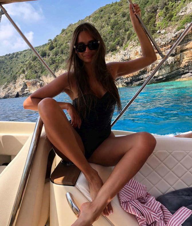 Каролина Севастьянова фото в закрытом купальнике