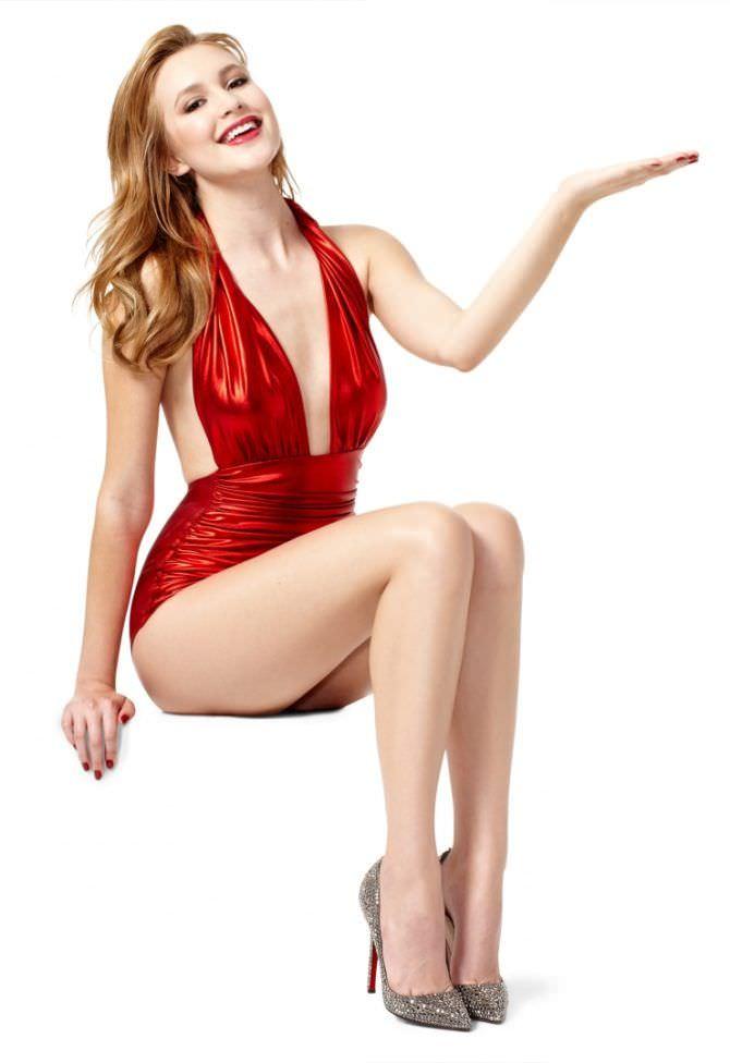 Алексия Фаст фото в блестящем красном боди