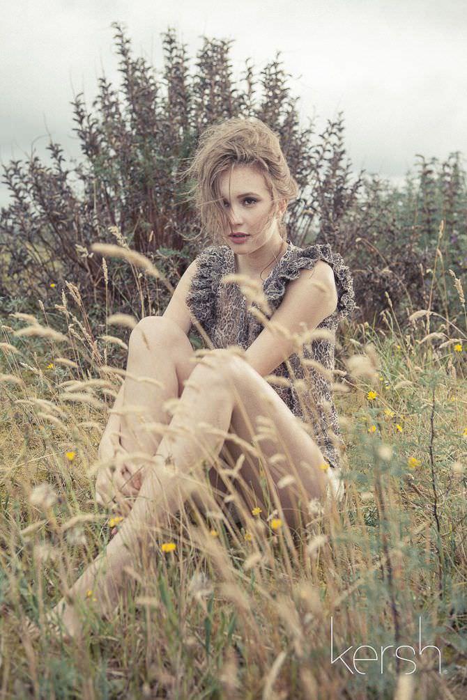 Алексия Фаст фото на траве