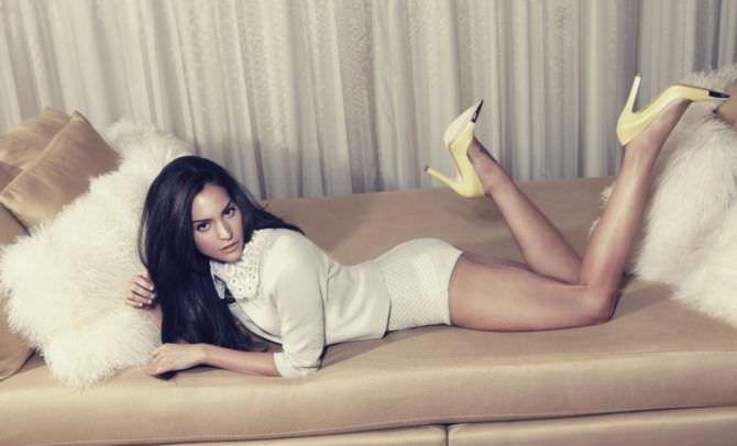 Дженезис Родригез фотография в боди на диване