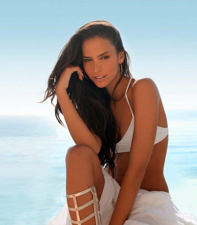 Дженезис Родригез фото в белом бикини