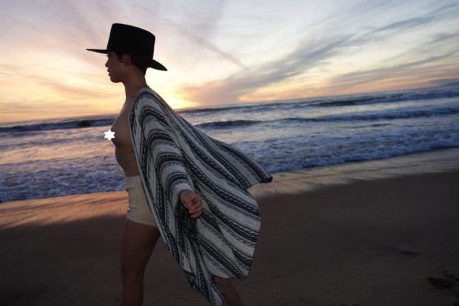 Роза Салазар фото в шортах на пляже