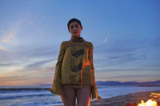 Роза Салазар фото на пляже в кофте