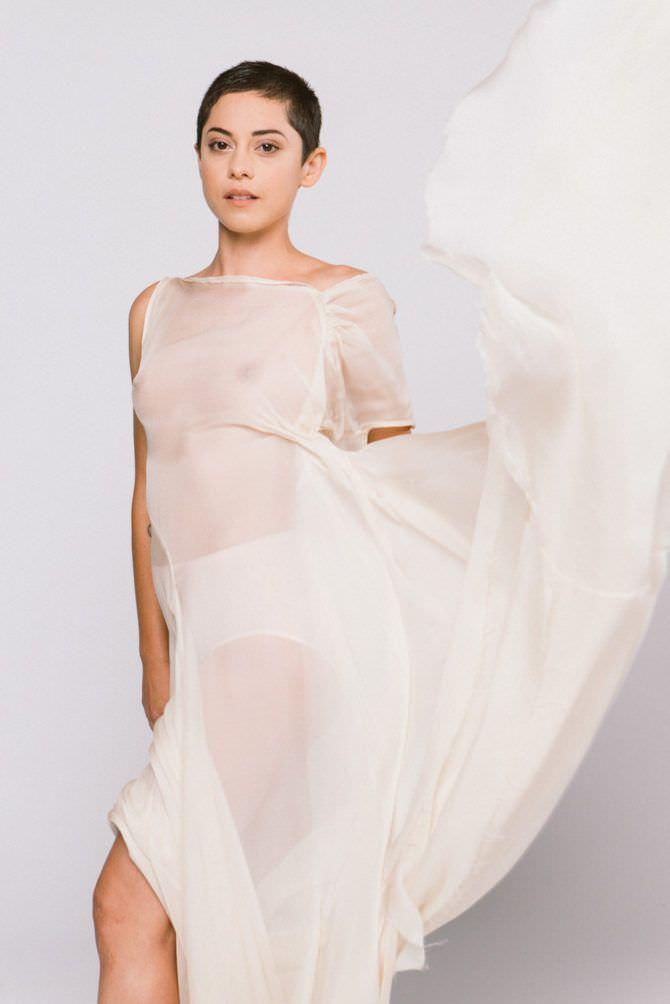 Роза Салазар фотография в белом платье