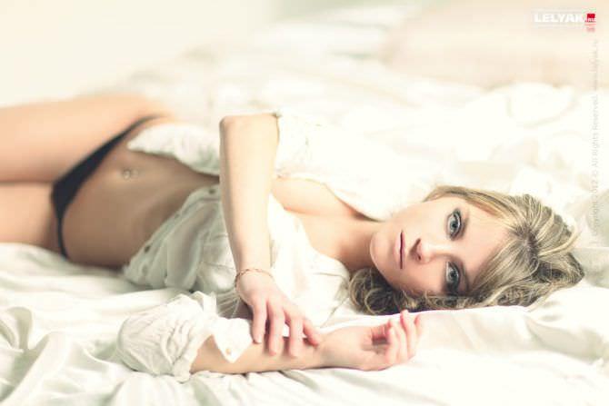 Кристина Асмус фото в рубашке на кровати