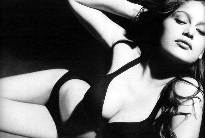 Летиция Каста чёрно-белое фото в бикини