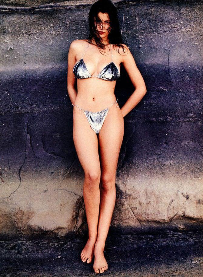 Летиция Каста фото в блестяшем бикини