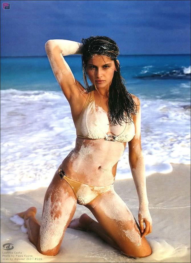 Летиция Каста фотосессия в песке на пляже