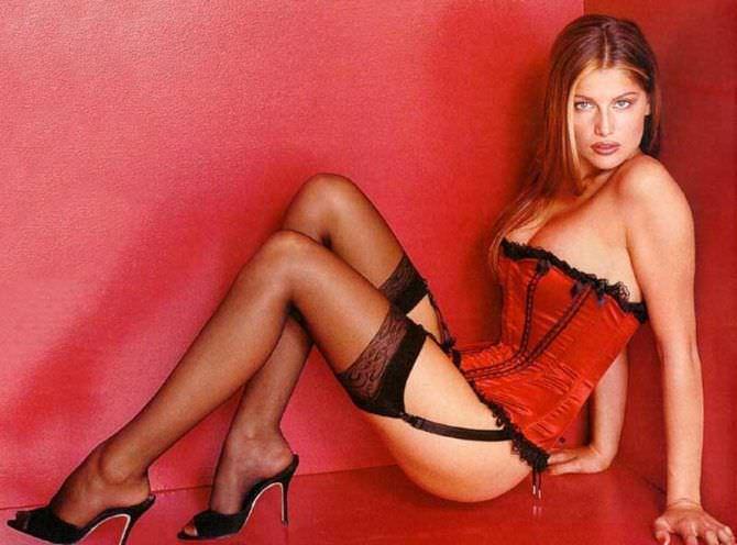Летиция Каста фотография в красном корсете