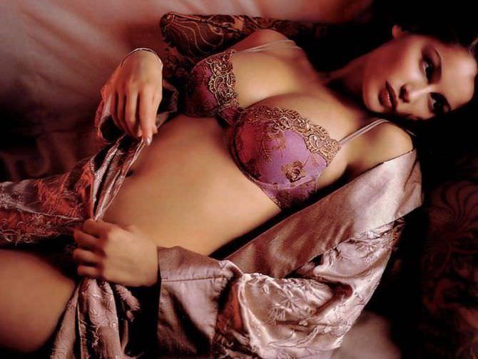Летиция Каста фото в розовом белеь