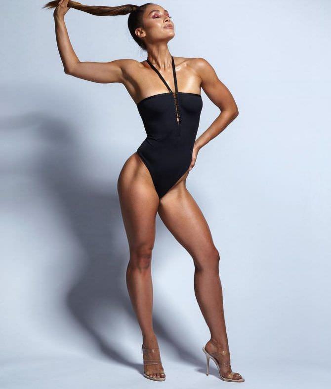 Линдси Морган фото в чёрном купальнике