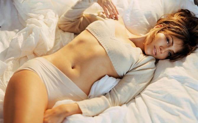 Дженнифер Лопес фотография на постели в шортах