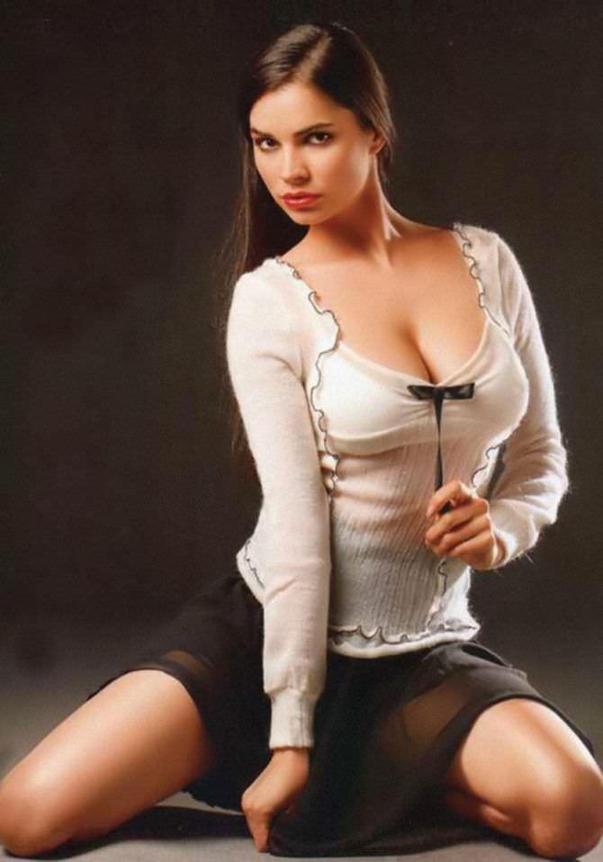 Мария Каран фото в блузке с вырезом