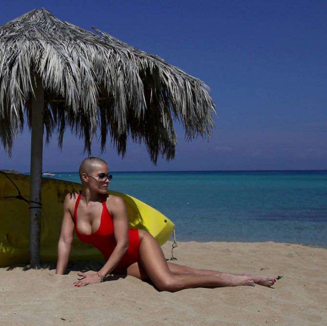 Марина Вовченко фото в красном купльнике