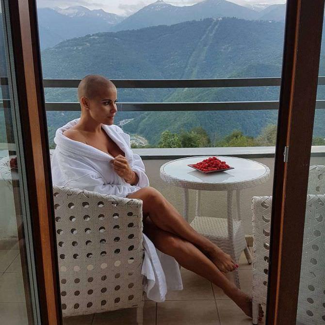 Марина Вовченко фото в халате на балконе